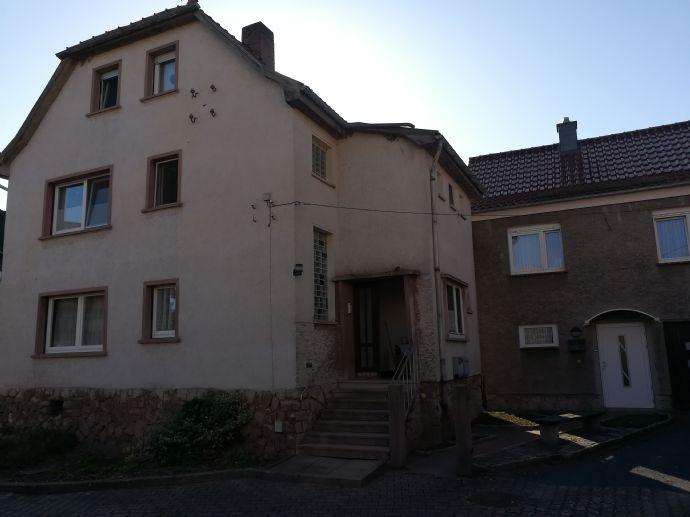 Mehrfamilienhaus (150m²) mit kleinem Nebenhaus mit ELW (50m²) im OG +Garage/ Abstellräume/EG, Ortsrandlage, Garten,Hof,JNM 12.000 € / Tel.015776