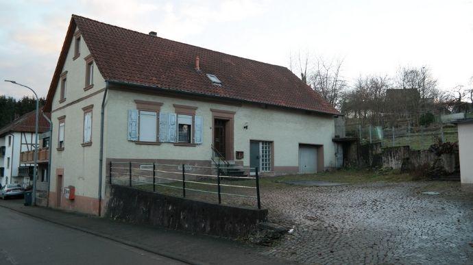 Ehemaliges Bauernhaus mit Scheune
