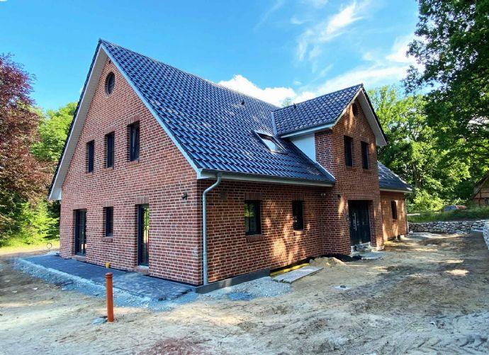 Erstbezug: Hochwertige Doppelhaushälfte auf rückwärtig gelegenem Grundstück (KfW 40)