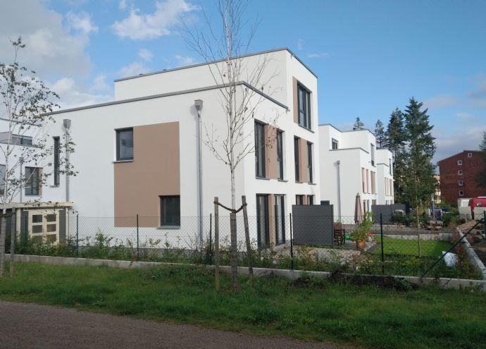 Doppelhaushälfte mit hohem Wohnkomfort auf 2 Etagen in grüner, gut erschlossener Lage