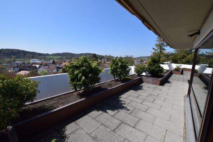 Einmalige Penthouse-Wohnung mit 65 m² Dachterrasse, allg. Schwimmbad und Sauna zu vermieten.