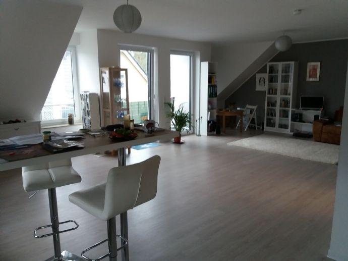 schicke 2-Zimmer-Dachgeschoss Wohnung mit Tageslicht-Wannenbad und großem West-Balkon