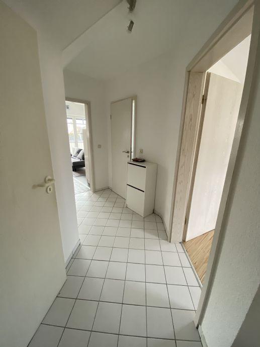 Helle, möblierte 2,5 Zimmer DG Wohnung mit Balkon und Tiefgaragenstellplatz