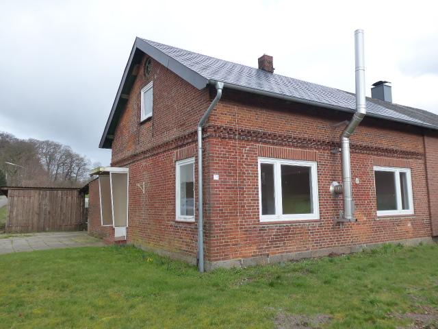 Modernisierungsbedürftige Doppelhaushälfte mit großem Grundstück in Mörel