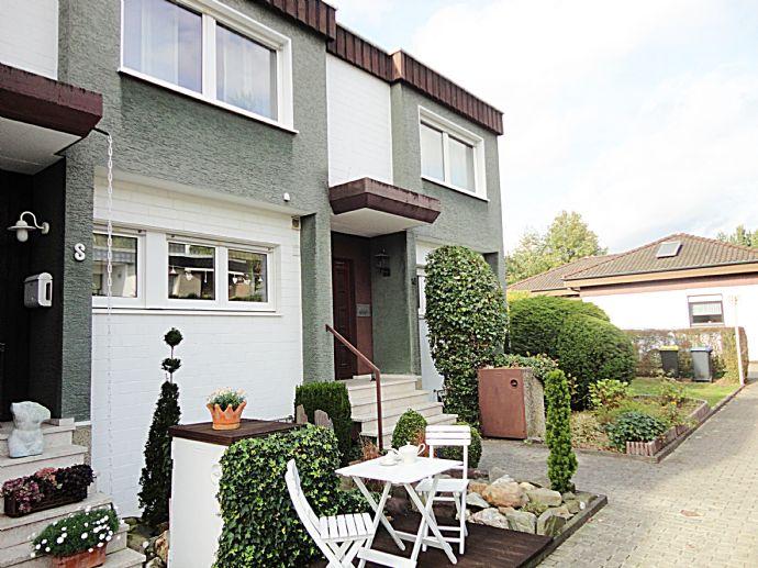 Schönes, solides Einfamilienhaus mit 2 Garagen in bester Wohnlage