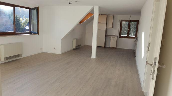 Schöne helle 3 Zimmer Dachgeschoss Wohnung zu vermieten.