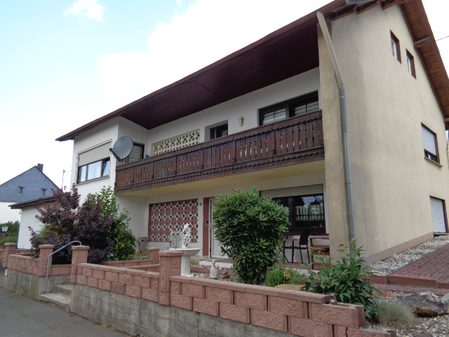 Gepflegtes Mehrfamilienhaus mit vier Wohneinheiten und Stellplätzen