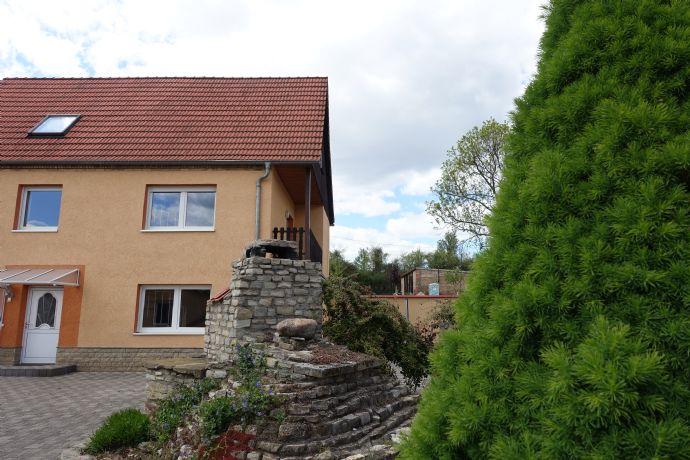 Schickes Einfamilienhaus mit Terrasse, Balkon und gepflegtem Hof, Poolhaus inkl. Sauna und Nebenhaus sowie Garagen