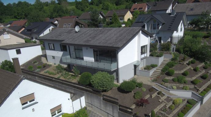 Gepflegtes Architektenhaus mit Einliegerwohnung und 2 Garagen auf 820 m² Grund