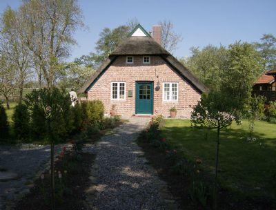 Reetdach Ferienhaus mit großem Gartengrundstück in ruhiger Lage