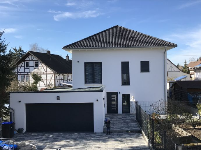 Hochwertiges neues Zweifamilienhaus mit Bachlage in Hilzingen. Je eine Wohnebene insb. für Verwandschafts- oder Vermietungs-Wohnen geeignet.