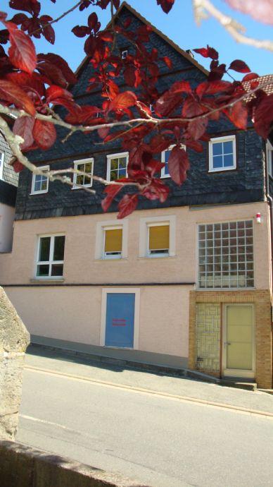 Küps Ortskern: großes Haus mit Scheune Balkon und kleiner Garten