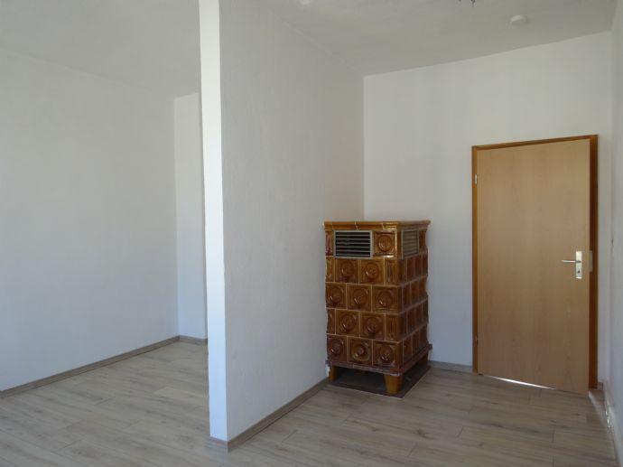 1-Raum-Wohnung mit Badewanne und Kosten sparen m. zusätzlichem Ofen