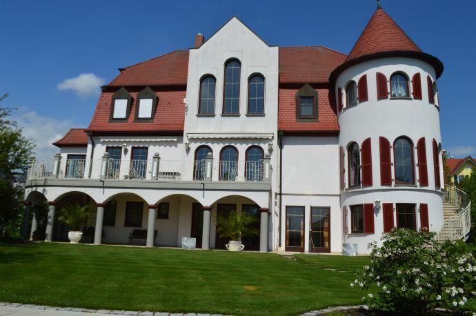 Herrschaftliche Villa mit Stil und Parkgrundstück (nähe Dettelbach), mit separaten Nebenhaus, 4 Garagen etc. in ruhiger Randlage