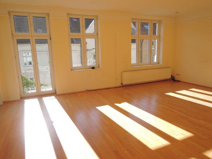 Lichtdurchflutete und traumhaft schön geschnittene, 3-Zimmer Altbau-Wohnung mit Balkon