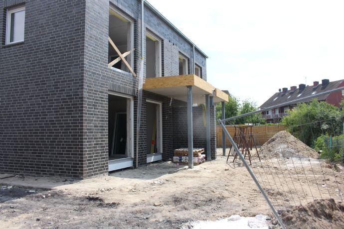 Direkt vom Bauherrn: Hochwertige und komfortable Doppelhaushälfte mit Einliegerwohnung und Einbauküchen