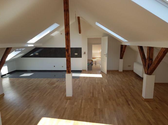 Große 5 Raum Altbau Dachwohnung + Badewanne + Dusche + große Wohnküche