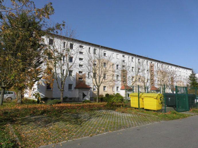 Schöne 3- Raum- Wohnung- Wohnung im Erdgeschoss mit Balkon-Selber renovieren und zwei Kaltmieten sparen!
