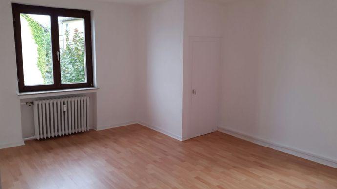 HAARZOPF!!! renovierte und geräumige 2 Raum Whg. mit Wohnküche in einem ruhigen 3 Parteien Haus