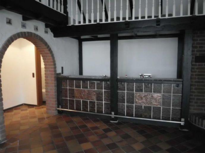für alle Ruhesuchenden: rustikal eingerichtete, exklusive 2,5 Zi. Maisonette-Whg. mit großer Terrasse, Kamin und offener Galerie