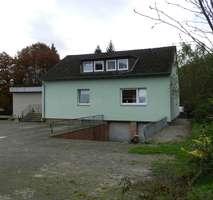 Ruhe, Wald, Wiesen. Zweifamilienhaus mit 400m² Zusatzfläche.