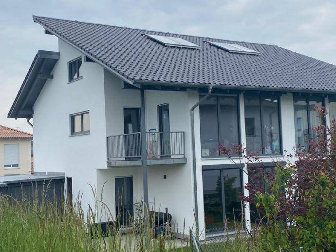 Moderne helle Doppelhaushälfte in ökologischer holzbauweise