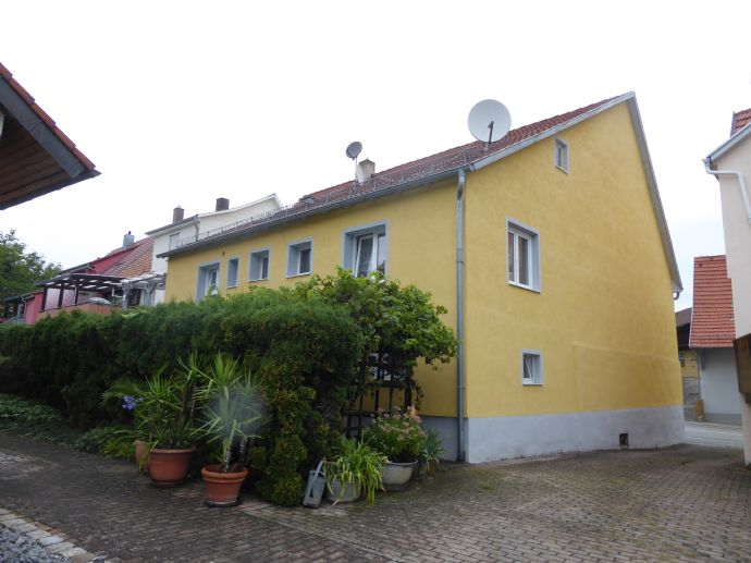 Gepflegtes Einfamilienhaus mit großer Terrasse, Pkw-Stellplatz und kl. Grundstück + Ausbaupotenzial