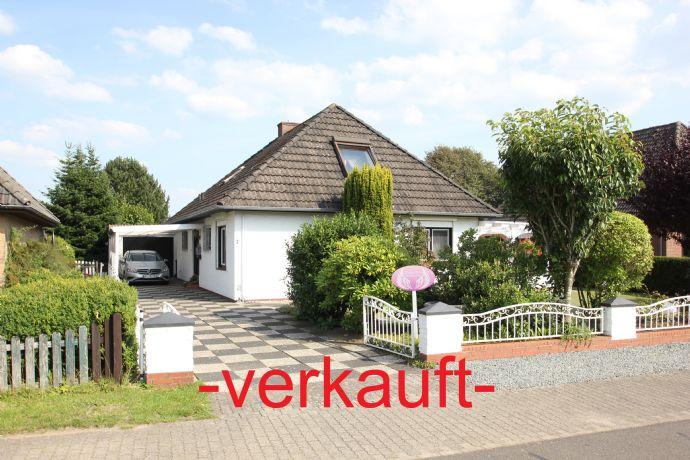 Nähe Heide: Walmdach-Wohnhaus mit Garage, Carport und Außenpool