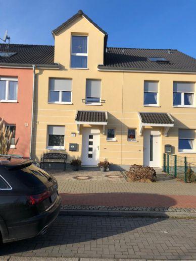 Reihenmittelhaus in Bremen-Arsten in einem Wohnquartier am Rande eines Parks.