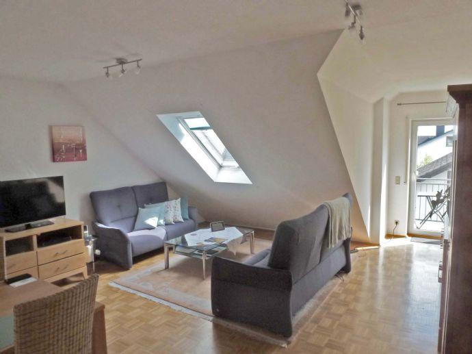 Helle 3-Zimmer-DG-Wohnung mit Balkon in ruhiger Lage Hochheims