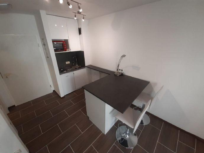 Helle und renovierte 1 Zimmer Erdgeschoss-Wohnung möbliert mit Garagenstellplatz - Smarthome LED Beleuchtung, Kücheninsel und Bar