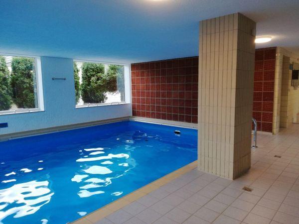 Schwimmbad im Haus, abgeschlossene Einzelgarage, vermietungsfähig möblierte 2-Zimmerwohnung