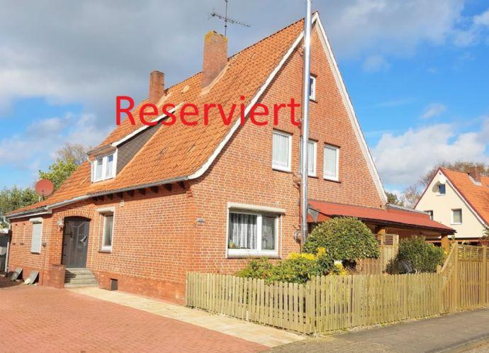 Gepflegtes Ein - Zweifamilienhaus mit Garage & Carport sowie Poolhaus und Terrasse.
