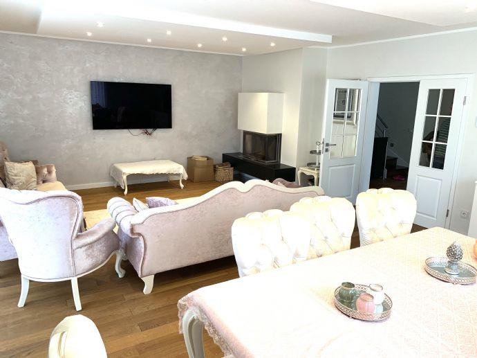 Im Zentrum von Brackwede bieten wir Ihnen einen repräsentativen Neubau als Ein- bis Zweifamilienhaus mit 249m² Wohnfläche an