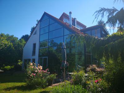 moderne lichtdurchflutete Architektenvilla mit Schwimmbad, zwei Designkaminen, traumhaftem Garten und atemberaubenden Ausblicken über das Taubertal