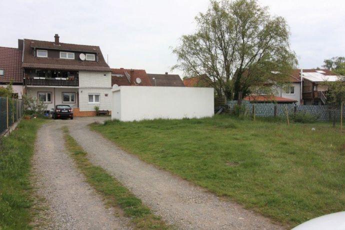 Zweifamilienhaus mit großem Garten, Überdachtem Balkon und Garage