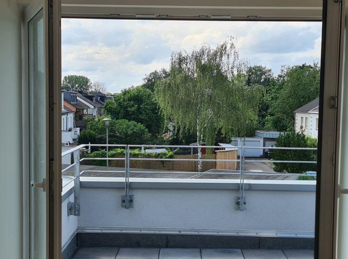 Helle neu ausgebaute Dachgeschosswohnung mit großem Wohnbereich und Balkon