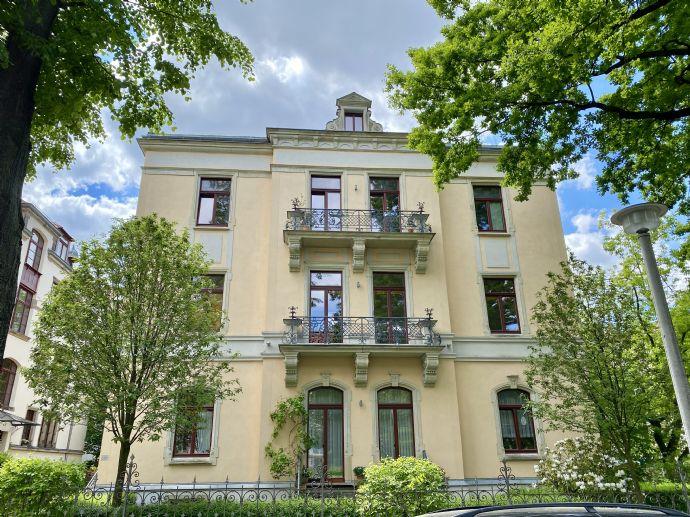 großzügige 5 Zimmer-Wohnung auf gesamter Villenetage mit drei Balkonen