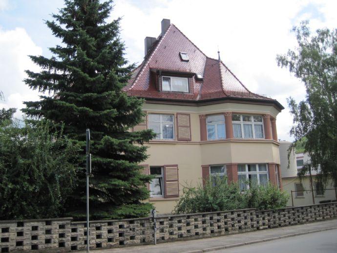 Herrschaftliche Villa mit Nebengebäude und großem Grundstück