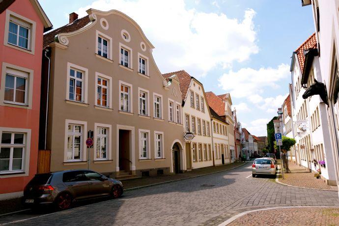 Warendorf Altstadt: Elegante Wohnung in einem spätbarocken Denkmal mit Gartennutzung