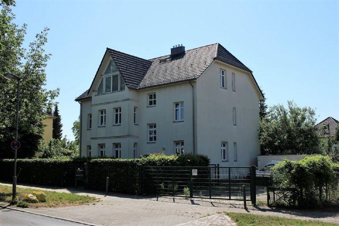Residieren am Britzer Garten: Mehrfamilienvilla mit großen 3 Wohnungen, Garage und großzügigem Grundstück, hell und ruhig
