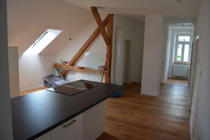 Wohnen auf einem Inselgrundstück in guter Kitzinger Wohnlage, Großzügige 3,5-Zimmer-Wohnung aufwendig modernisiert mit Einbauküche