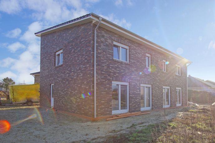 NEUBAU / ERSTBEZUG - Doppelhaushälfte mit Garten & sonniger Terrasse