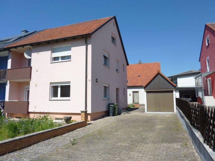 DHH mit Nebengebäude und zwei Garagen in bevorzugter Lage von Cadolzburg