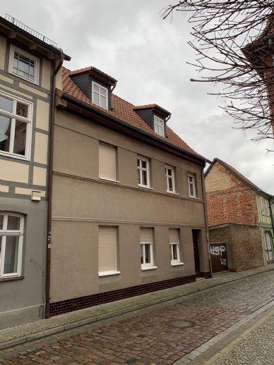 Zweifamilienhaus mit Nebengebäude und Garagen