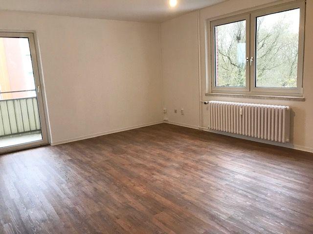Renovierte Wohnung mit großem Balkon / Besichtigung immer Donnerstag 18.30 Uhr im Uhlandweg 11