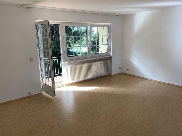 Renovierte 2,5-Zimmer-Wohnung mit Einbauküche und Balkon sucht neue Bewohner