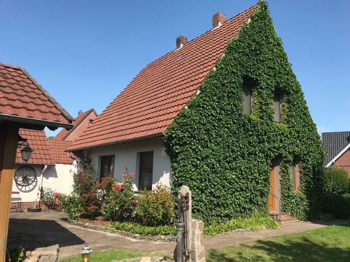 Einfamilienhaus mit großer Gartenlaube und Garage zu verkaufen!