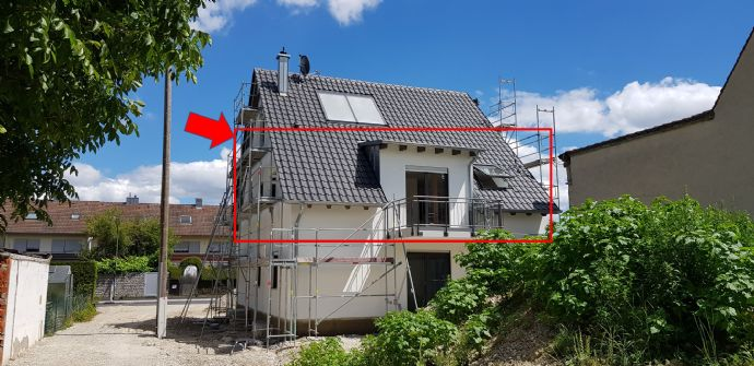 Erstbezug: exklusive 2,5-Zi.-Dachgeschosswohnung mit EBK und großem Balkon mit Blick ins Grüne