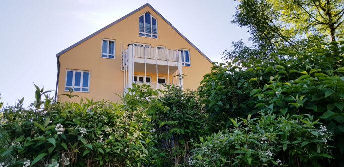 Wohnung im grünen, ruhigen Innenhof, 3. OG/Dachgeschoß, Süd-Balkon, helle Wohnküche, Wannenbad mit Fenster